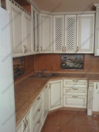 Кухня с фасадами из массива бука Ника белый с золотой патиной 3