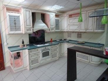 Кухня с фасадами из массива бука Ника белый с коричневой патиной 1
