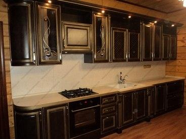 Кухня с фасадами из массива бука Ника венге с золотой патиной 1