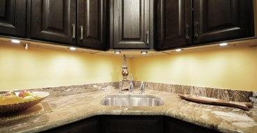 Мебельные светильники на кухне - особенности и применение