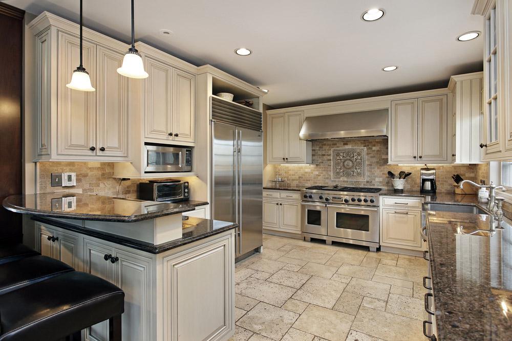 Интерьер кухни с мебельными светильниками